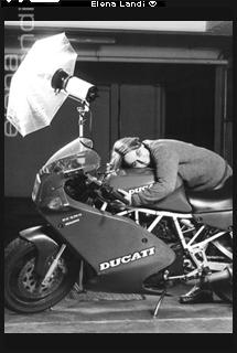 Autoritratto di Elena Landi con la moto Ducati | Elena Landi